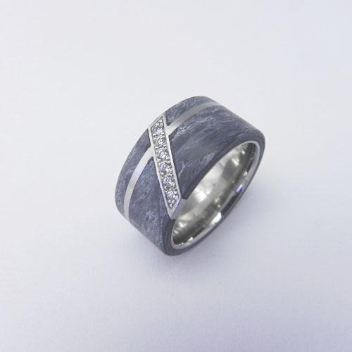Ring mit grauem Carbon und einer Diagonalen mit Brillanten. Kundenanfertigung