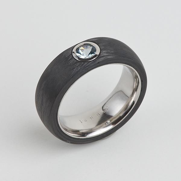 Ring aus 950/Palladium mit Carbon. Der Aquamarin im Spirit-Sun Schliff ist geschlossen gefasst