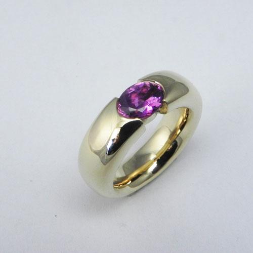 Ring aus 750/18 kt Gelbgold mit einem pinken Saphir, 1.75ct