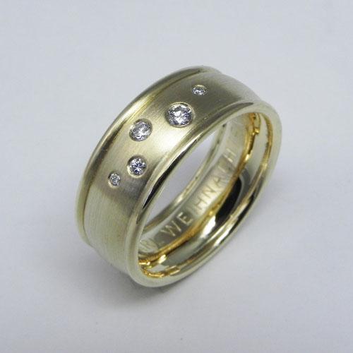 Ring aus getragenen Ringen mit Sternenhimmel aus Brillanten