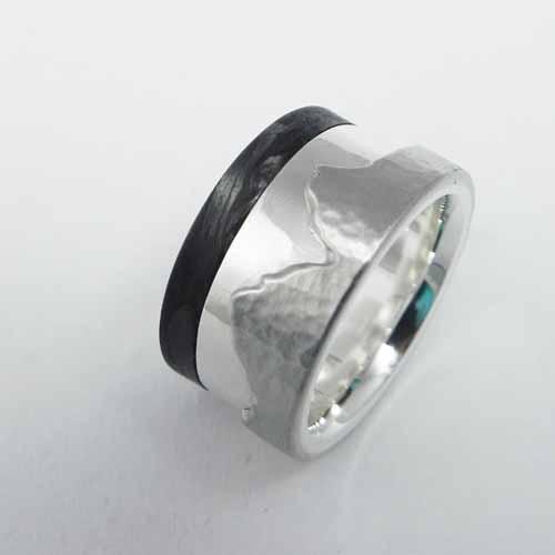 """Ring mit Bergmotiv """"Mythen"""" aus Palladium, Silber und Carbon. Der Ring wurde von meinem Kunden im Workshop angefertigt."""