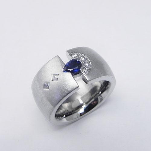 Ring aus Weissgold mit Saphir und Diamanten. Kundenanfertigung