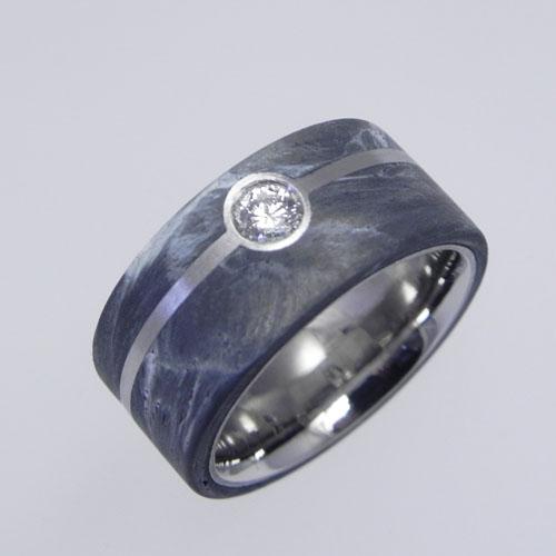 Ring aus Weissgold mit grauem Carbon und einem Brillanten