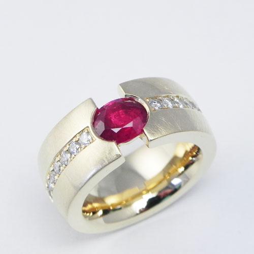 Ring aus 750/000 Gelbgold mit einem Rubin und Brillanten, Kundenanfertigung