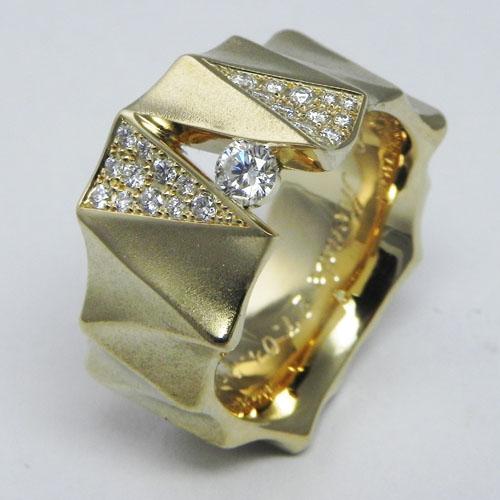 Ring aus 18 Karat Gelbgold mit 1 Brillanten à 0.18 ct tw-vsi und 23 Brillanten total 0.23 ct, pave gefasst.