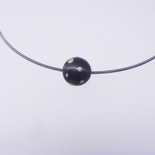 Carbonkugel mit Brillanten mit einer Halsschnur von Niessing