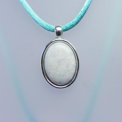 Anhänger aus Silber rhodiniert mit einem Opal vom Kunden. Türkises Seidenband.