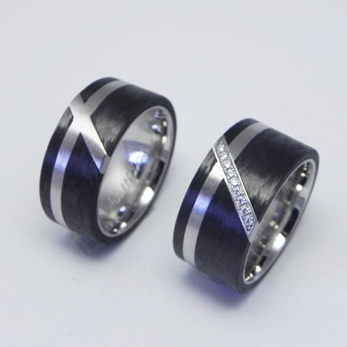 Trauringe aus Palladium mit schwarzem Carbon. Im Damenring sind in der Diagonalen Brillanten gefasst. Eheringe wurden von meinen Kunden selber geschmiedet.