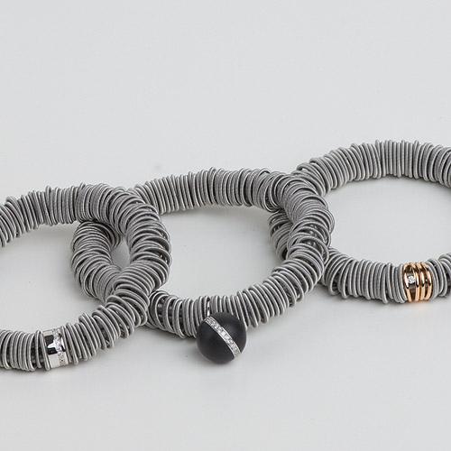 Spiralarmbänder aus Edelstahl mit unterschiedlichen Zwischenteilen