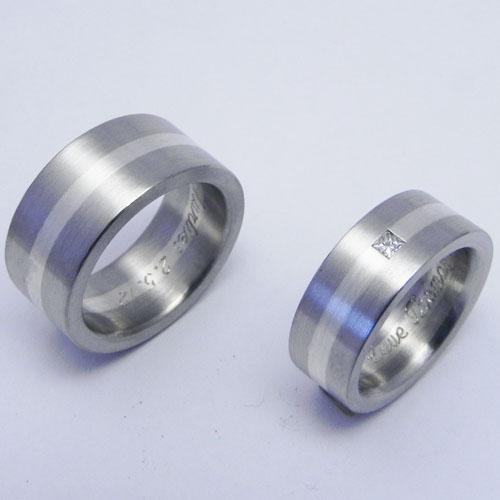 Trauringe aus Palladium mit einem Streifen aus Silber. Im Damenring ist ein Diamant im Princess-Schliff gefasst. Trauringe wurden von meinen Kunden selber angefertigt.