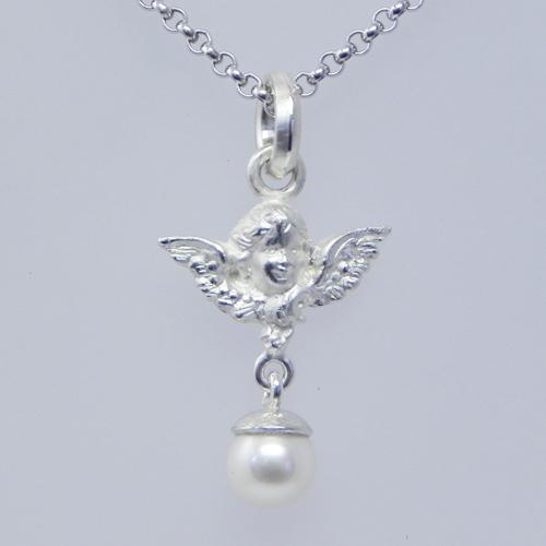 Engel aus Silber mit einer Perle