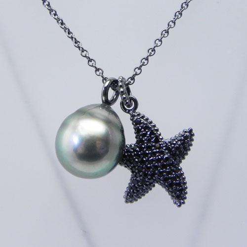 Silberkette, schwarz rhodiniert, mit einer Tahiti-Perle und einem Seestern. Der Seestern ist mit 84 Spinellen ausgefasst.