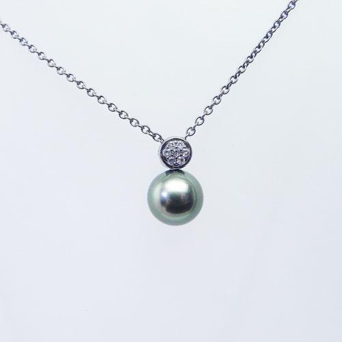Silberkette, schwarz rhodiniert, mit einer Tahitiperle und weissen Topasen.