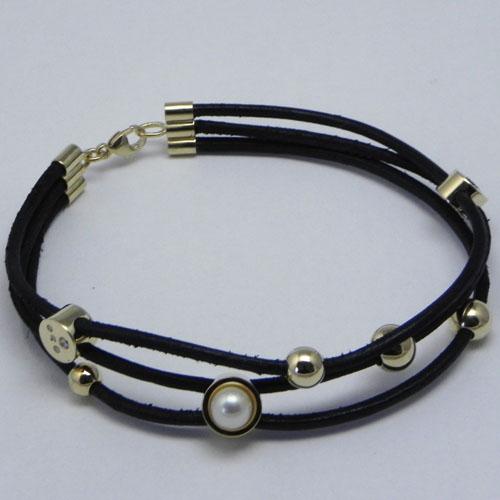 Armband mit Lederschnur. Altgold, Steine und Perlen vom Kunden verwendet