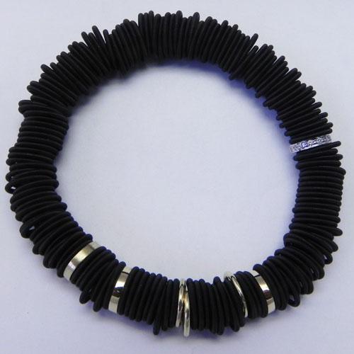 Spiralarmband aus beschichtetem Stahl mit Rondellen aus Gelbgold, verschiedene Einhänger erhältlich