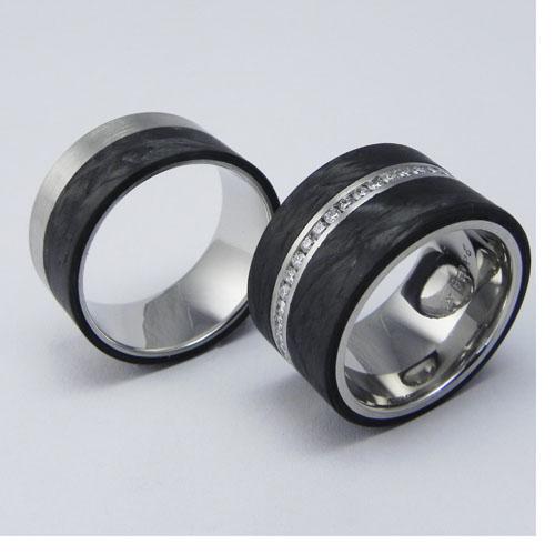 Trauringe aus 950-Palladium mit Carbon. Damenring mit Brillanten, total 0.66 ct h-si. Die Brillanten sind kanalgefasst