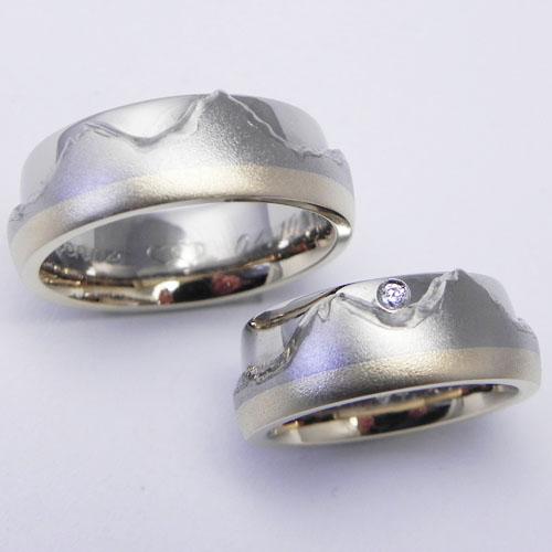 Trauringe mit Mythen- Motiv aus Weiss- und Gelbgold. Im Damenring ist ein Brillant gefasst. Die Ringe wurden von meinen Kunden selber geschmiedet.