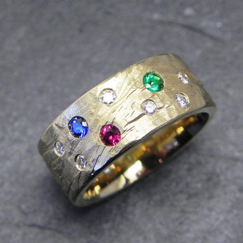 Ring aus Gelbgold mit Rubin, Saphir, Smaragd und Brillanten.