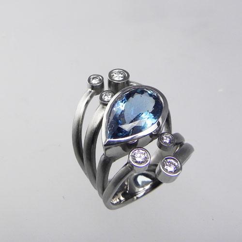 Ring mit einem Aquamarintropfen und sieben Brillanten