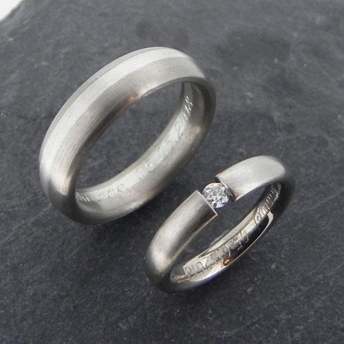 Eheringe aus meinem Atelier. Der Damenring ist ein Spannring aus Weissgold mit einem Brillanten 0.10 ct H-si und der passende Herrenring ist aus Weissgold mit einem Silberstreifen.