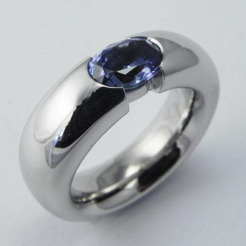 Ring aus Weissgold mit einem hellblauem Saphir