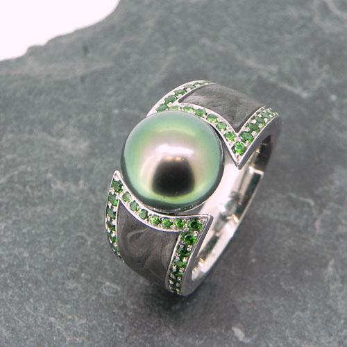Ring aus Weissgold mit Carbon, Tsavolithe und einer Tahitiperle, handgefertigt