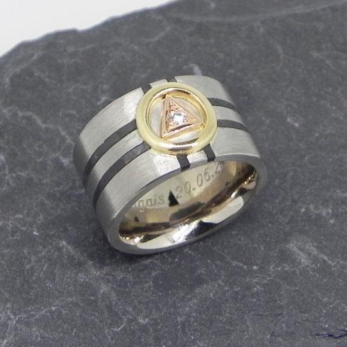 Ring mit stisietem Gipfelkreuz.