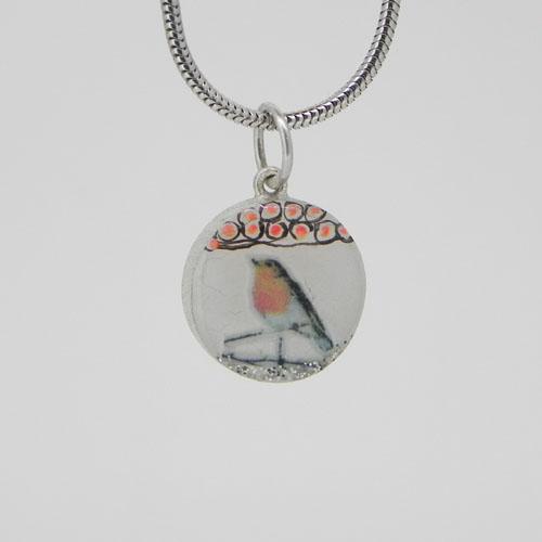 Anhänger aus Silber mit handgemaltem Vogelmotiv von Ilka Bruse