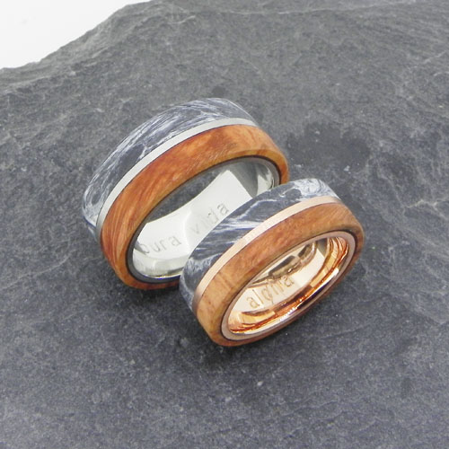 Eheringe mit grauem Carbon und Holz. Der Herrenring ist aus Platin und der Damenring aus Rotgold rouge royal gefertigt. Das Paar wurde von Kunden selber geschmiedet - toll gemacht!