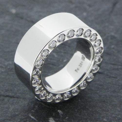 Ring aus Palladium, seitlich mit Brillanten ausgefasst