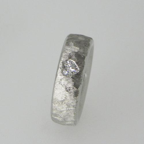 Antragsring mit einem Diamanten im Herzschliff. Ring aus Platin