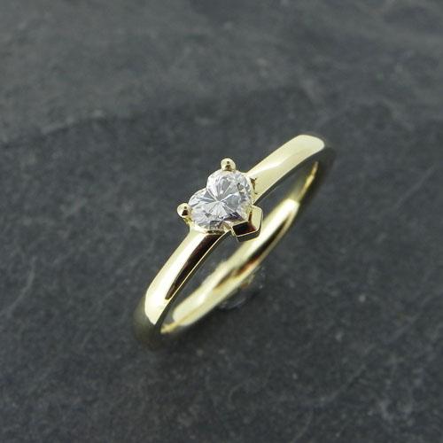 Ring mit einem Diamanten im Herzschliff