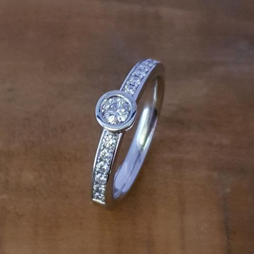 Ring aus Platin mit einem grosseren Brillanten und 12 kleineren