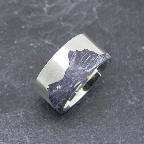 Ring aus Silber mit gossem und kleinem Mythen aus grauem Carbon
