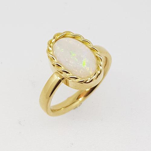 Ring aus Gelbgold mit einem Opal, handgefertigt im Atelier