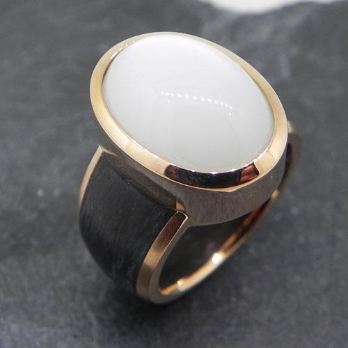 Ring aus Roségold mit Carbon und einem weissen Mondstein, handgefertigt