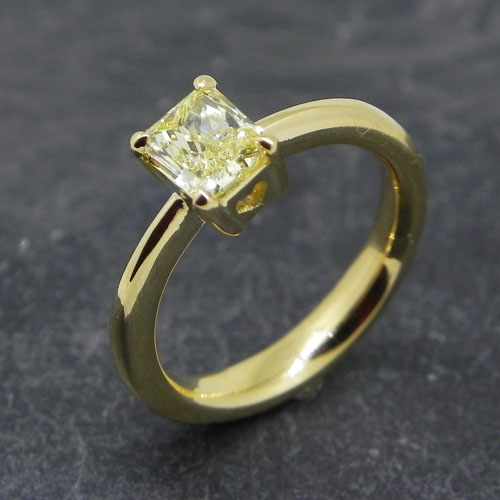 Handgefertigter Verlobungsring mit einem Diamanten im Radiant-Schliff vivid yellow.