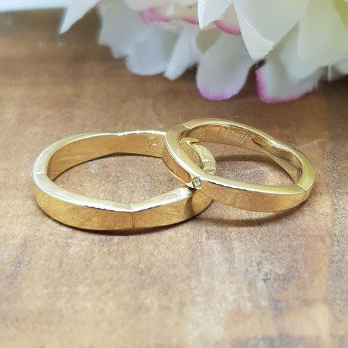 Eheringe aus Gelbgold. Im Damenring ist ein Brillant vivid Yellow, passen zum Verlobungsring, gefasst.