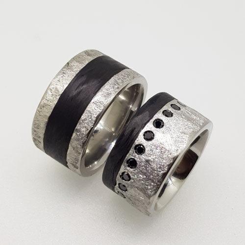 Eheringe aus Edelsathal mit Carbon, im Damenringe sind schwarze Diamanten im Brillanteschliff gefasst