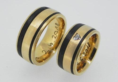 Eheringe aus Rosegold und Carbon. Im Damenring ist ein Diamant im Herzschliff gefasst. Die Ringe wurden von meinen Kunden im Workshop selber angefertigt