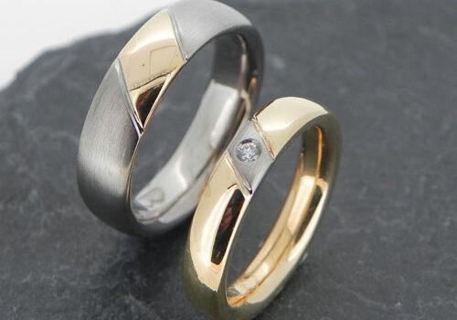 Eheringe aus Gelb- und Weissgold mit einer Diagonalen aus dem jeweils anderen Gold. Eheringe wurden im Workshop selber geschmiedet