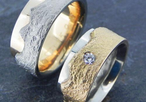 Eheringe mit Schieferstruktur und Bergpanorama. Die Ringe wurden im Workshop von meinen Kunden selber angefertigt