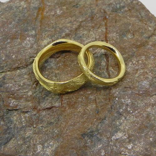 Eheringe aus Gelbgold mit einer persönlichen Steinstruktur