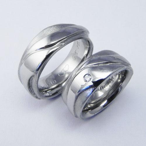 Partnerringe aus Edelstahl. Damenring mit einem Brillanten à 0.03 ct. Ringe wurden im Schmuckworkshop von den Kunden selbst angefertigt.