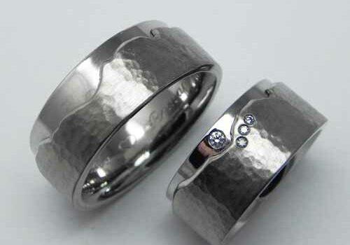 Trauringe mit persönlichem Bergmotiv. Palladium und Weissgold mit Hammerschlag. Ringe wurden von meinen Kunden selber geschmiedet.