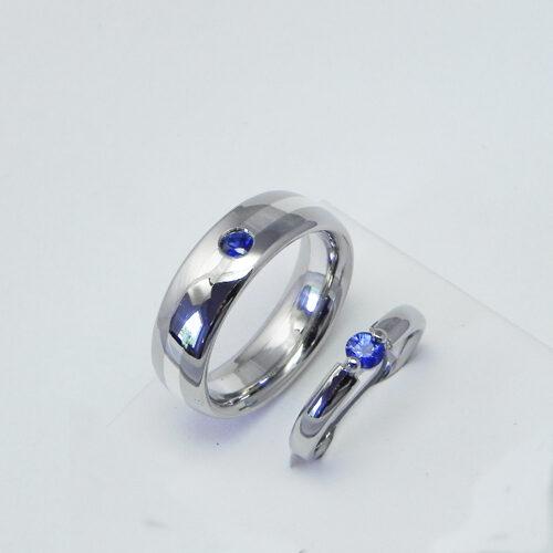 Eheringe aus 950/Palladium. Herrenring mit einem Silberstreifen. Beide Ringe mit einem Saphir.