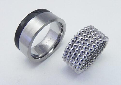 Trauringe müssen nicht immer genau gleich aussehen. Herrenring Edelstahl/Carbon, Damenring aus Perldraht/750 Weissgold.