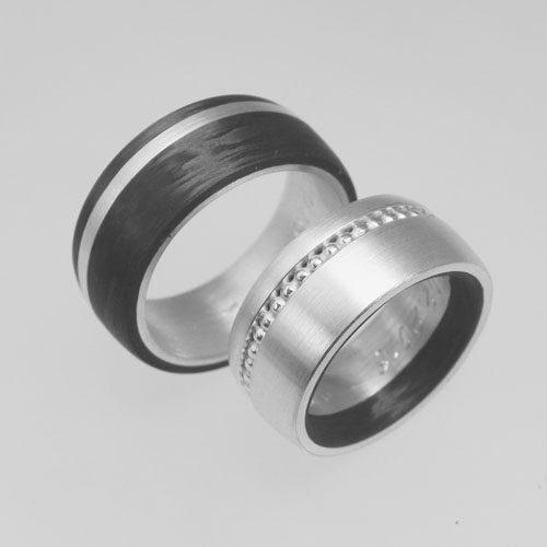 Trauringe aus Silber und Carbon. Im Damenring ist ein Ring aus Perldraht eingearbeitet. Trauringe wurden von meinen Kunden im Workshop angefertigt.