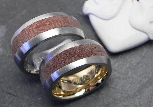 Trauringe aus Palladium mit Holz (Ambonia). Wurden von meinen Kunden im Workshop selber angefertigt. Im Damenring wurde innen noch Gold der Familie eingearbeitet.