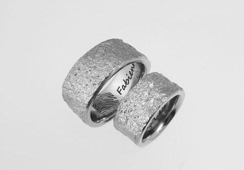 Trauringe mit Steinstruktur aus Edelstahl. Im Damenring sind drei Brillanten gefasst. Trauringe wurden von meinen Kunden im Workshop selber angefertigt